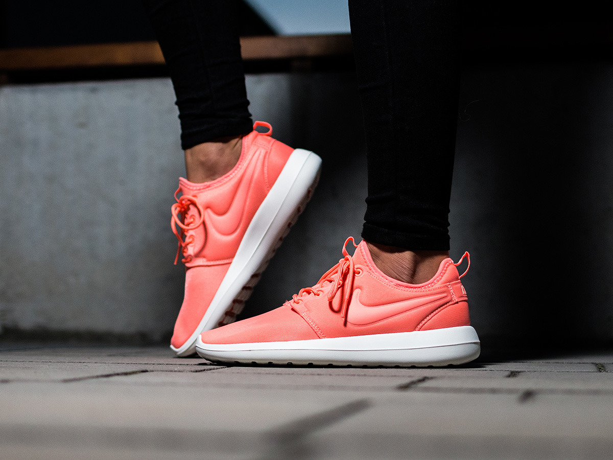 Women Nike Roshe Run Atomic Pink Silver White Boa Closure Sy